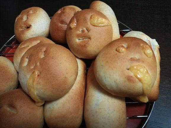 顔つきチーズパン