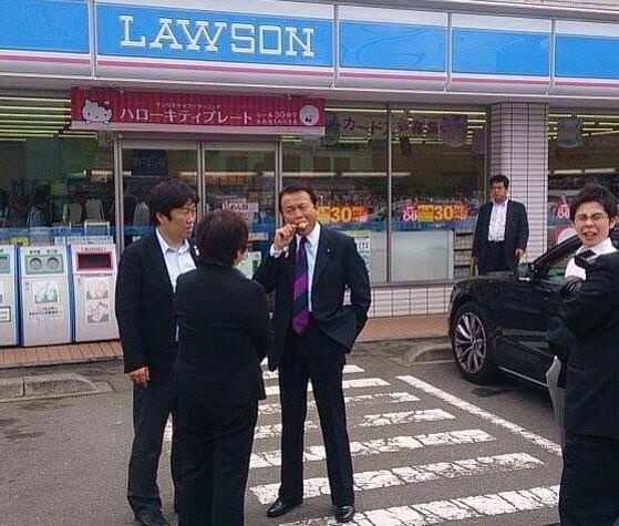 麻生太郎がコンビニの前で食べるアイス