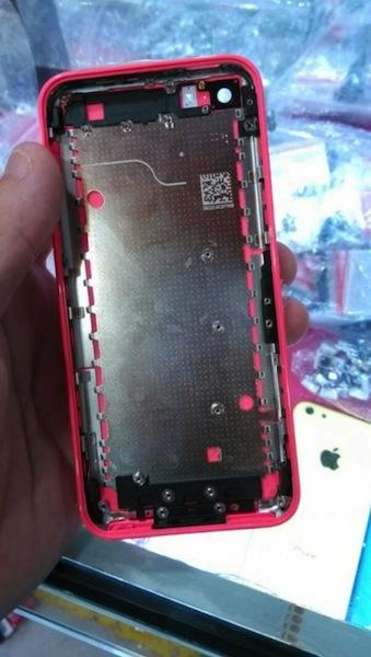 廉価版iPhoneピンクモデルの筐体写真