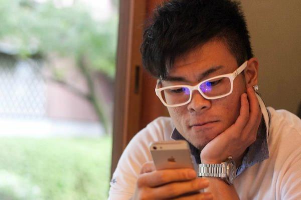 gori-looking-at-iphone