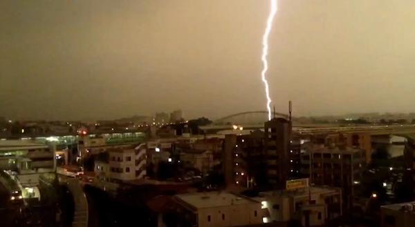 小田急線に落雷した瞬間を捉えた映像