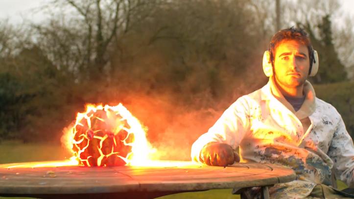 爆発するスイカのスローモーション動画が衝撃的