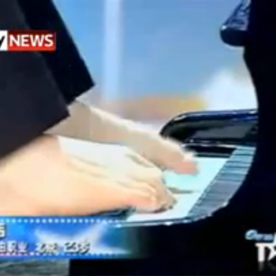 playing-the-piano-with-his-feet.png