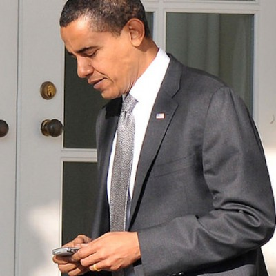 obama-using-his-blackberry.jpg