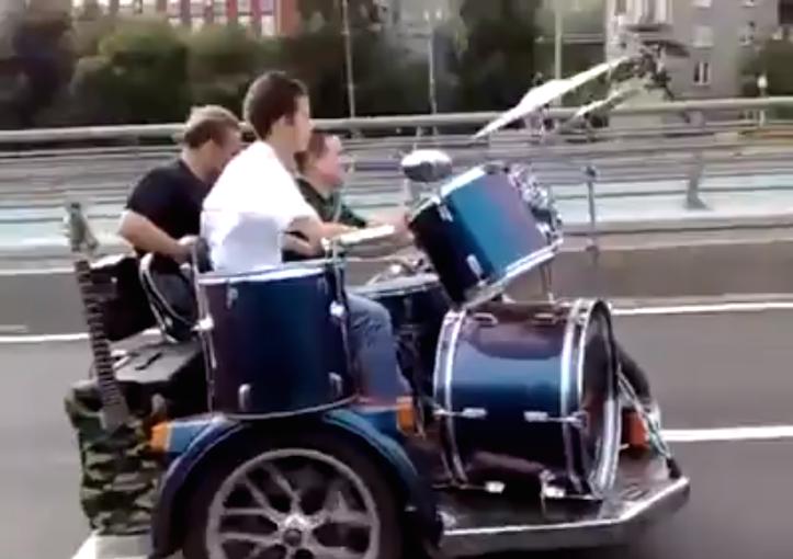 高速を走りながら生演奏するバンド