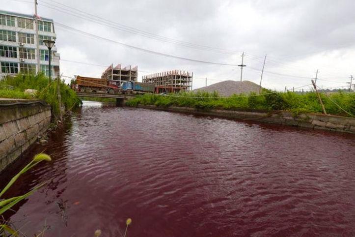 【原因不明】中国の川が突然真っ赤に染まったと話題に