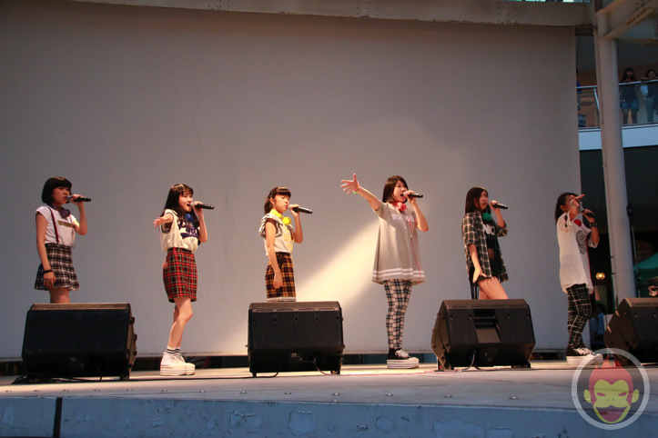 川崎ラゾーナで歌うLittle Glee Monster