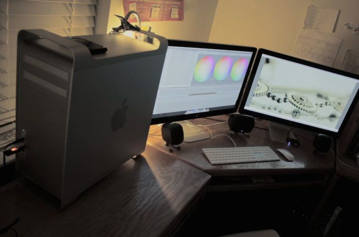 Mac-Workstation-With-Wooden-Desks-7.jpeg