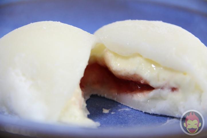 「おもちで包んだ苺レアチーズ」