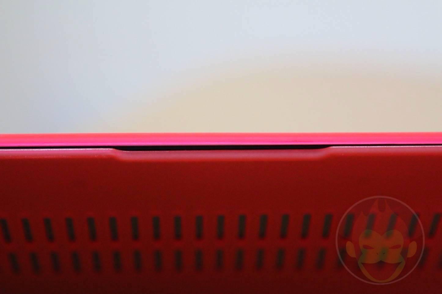 12インチ型MacBookに真っ赤な薄型軽量ケース