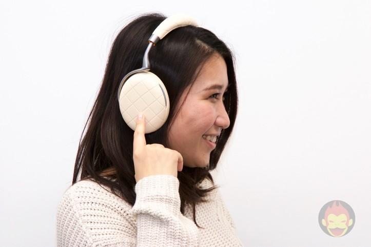 愛用する「Parrot Zik 3」で音量操作を行う女性社員