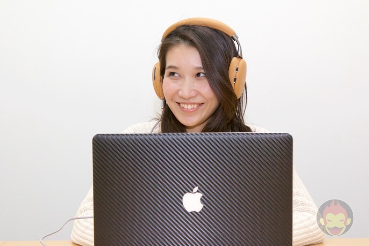 USB経由でハイレゾ音源を楽しむ女性