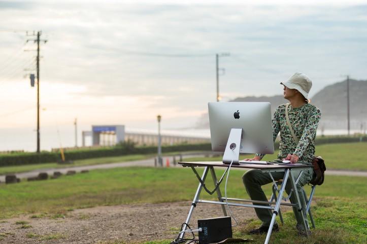 designer-working-outside
