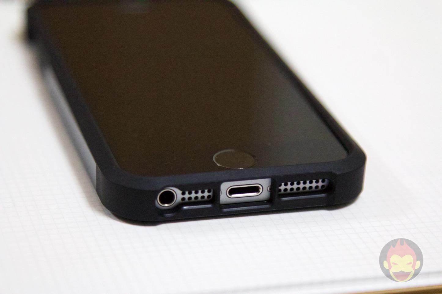 Spigen-Tough-Armor-iPhone-SE-Case-04.jpg
