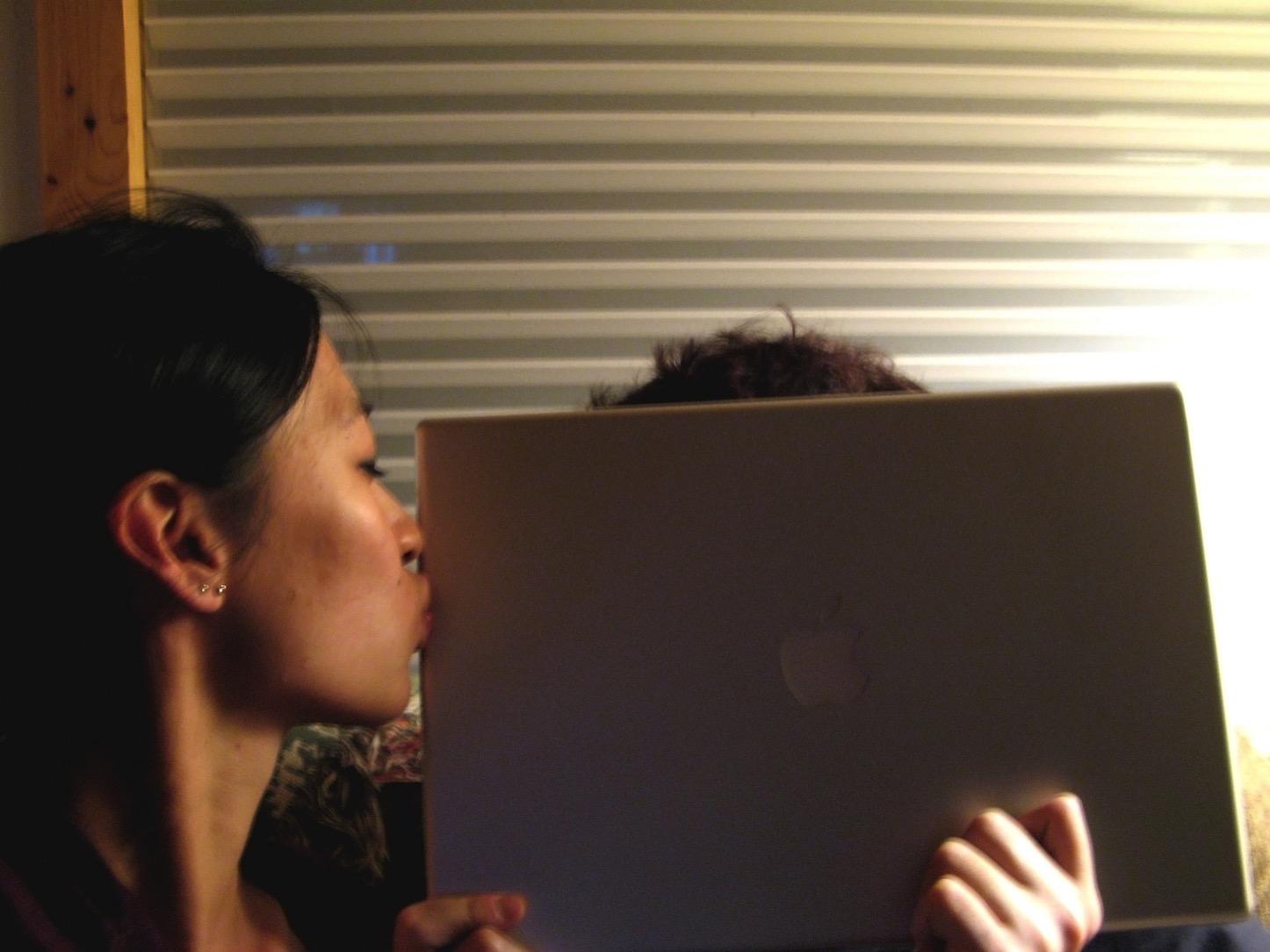 Kiss day macbook pro