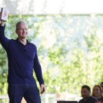 tim_cook_billionth_iphone.jpg