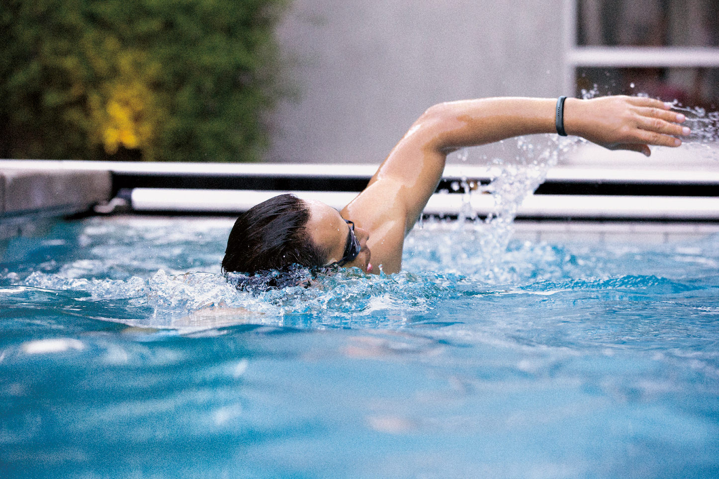 Fitbit Flex 2 Man Swim Lifestyle
