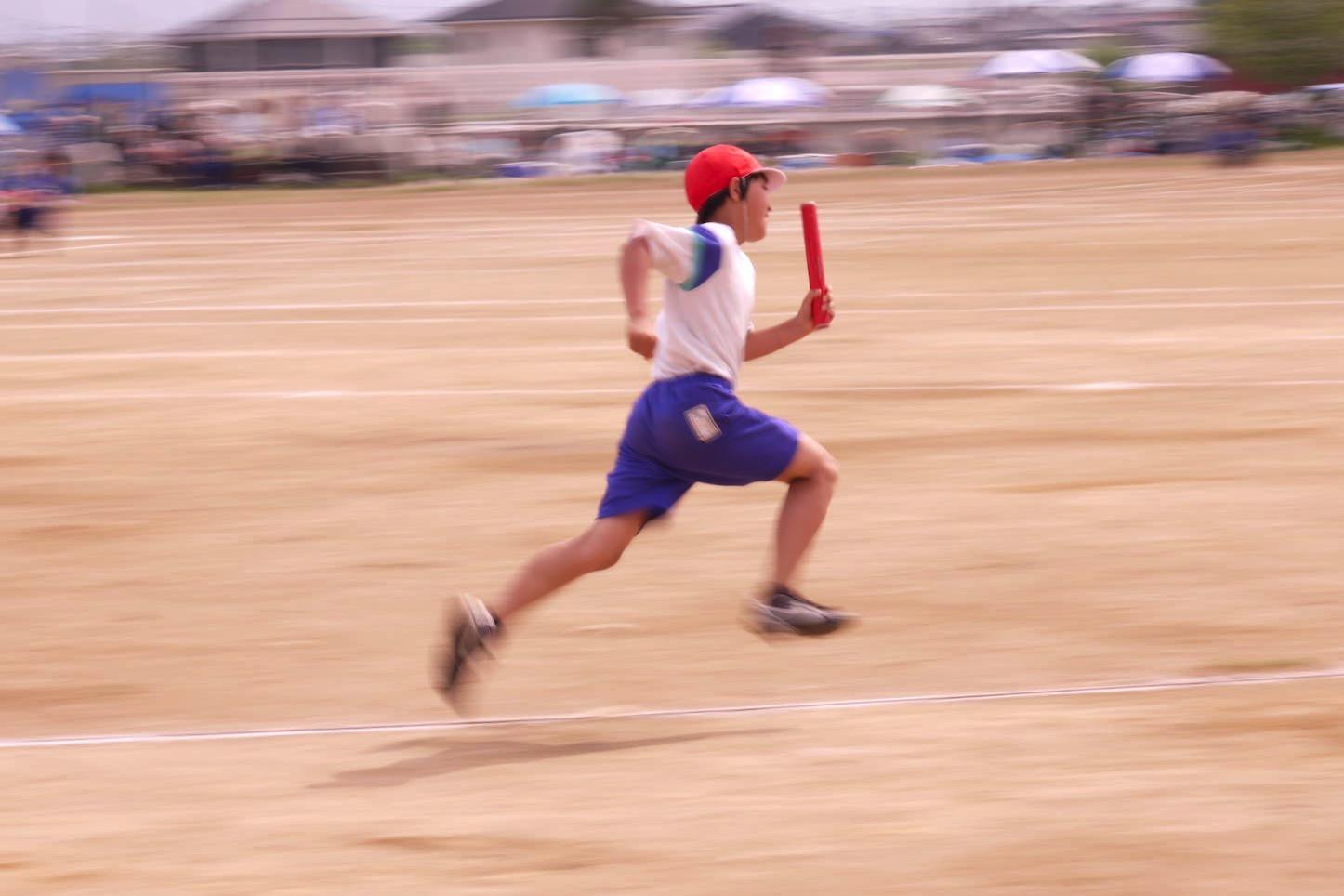 運動会で頑張る少年