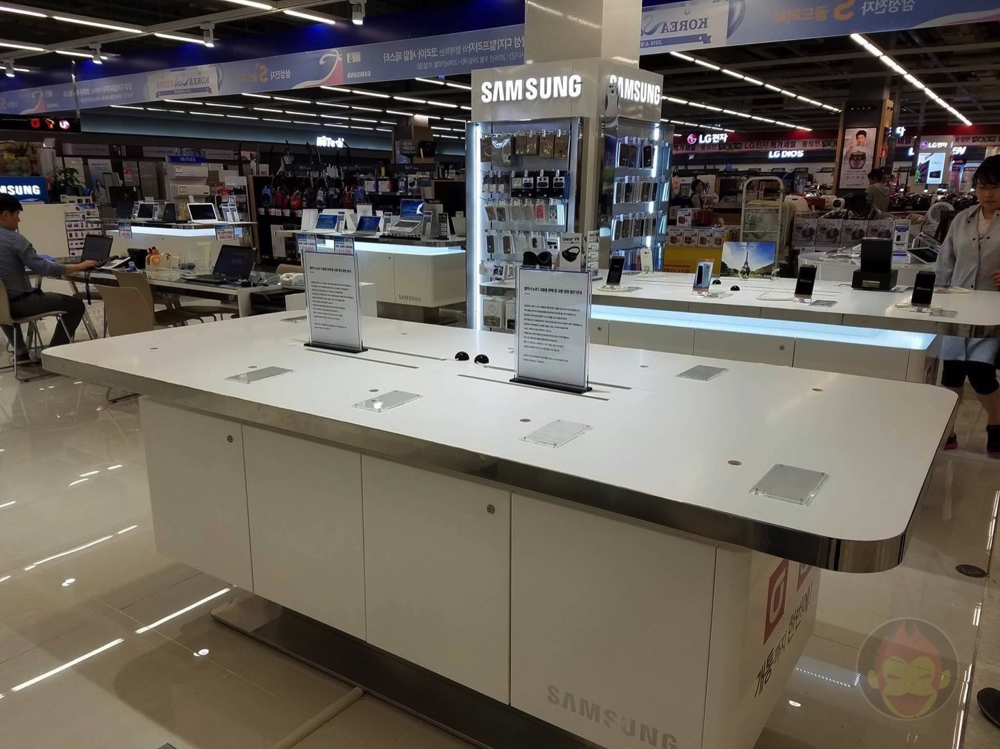 Samsung Note 7 Booth Empty 01