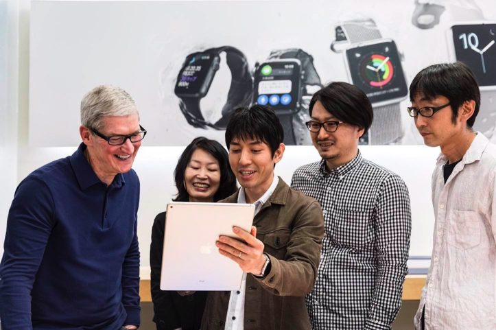 Tim-Cook-Visiting-Apple-Stores.jpg