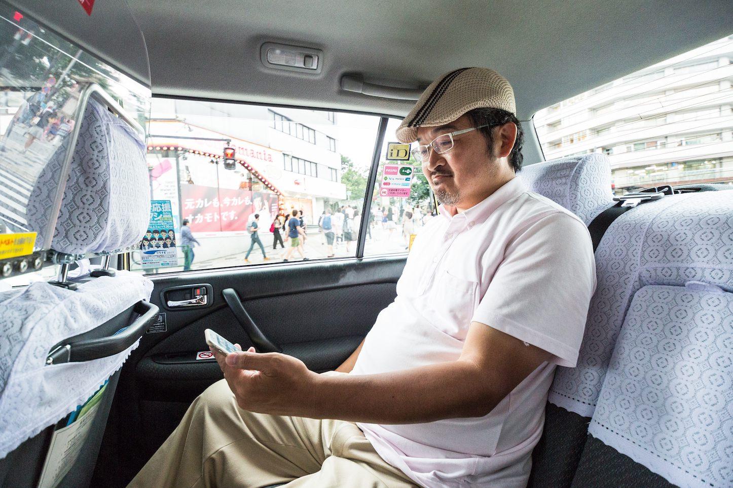 Yakumitsuru hunching man playing pokemon go