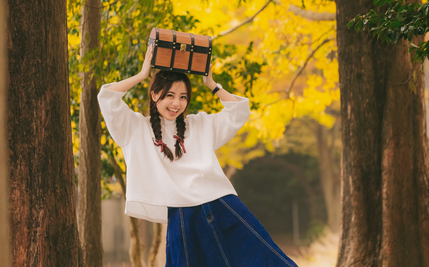 Yuka holding a box in the woods pakutaso