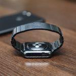 Using-Apple-Link-Bracelet-Black-02.jpg