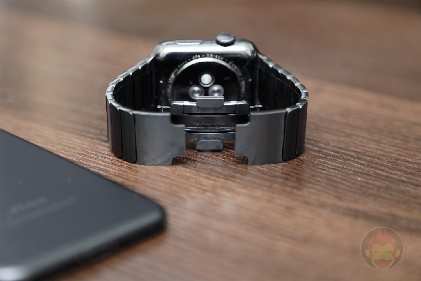 Using-Apple-Link-Bracelet-Black-03.jpg