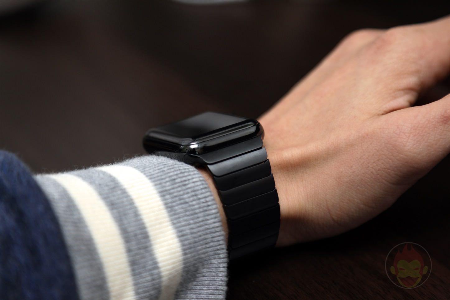 Using-Apple-Link-Bracelet-Black-05.jpg