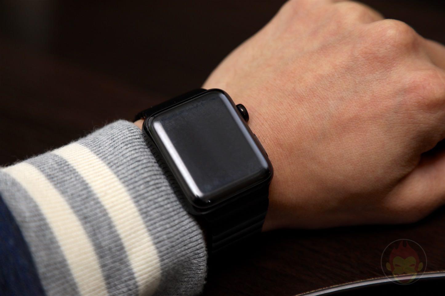 Using-Apple-Link-Bracelet-Black-06.jpg