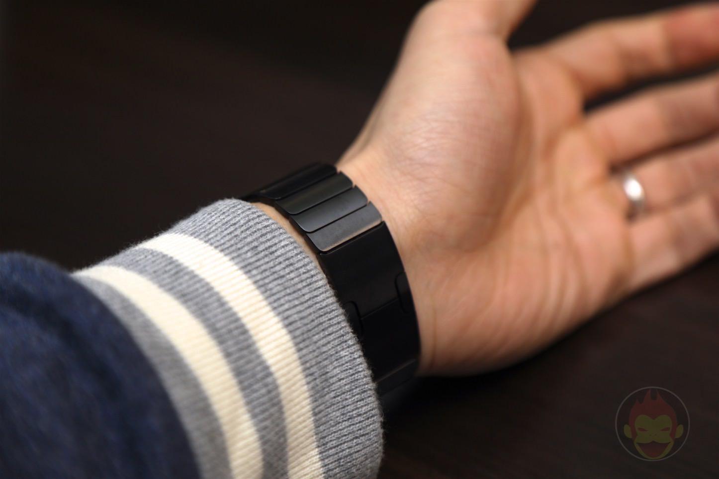 Using-Apple-Link-Bracelet-Black-07.jpg
