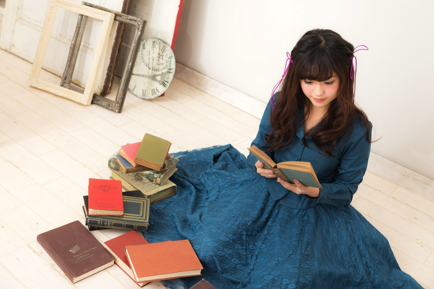 Yuka Reading Lots of Books Pakutaso
