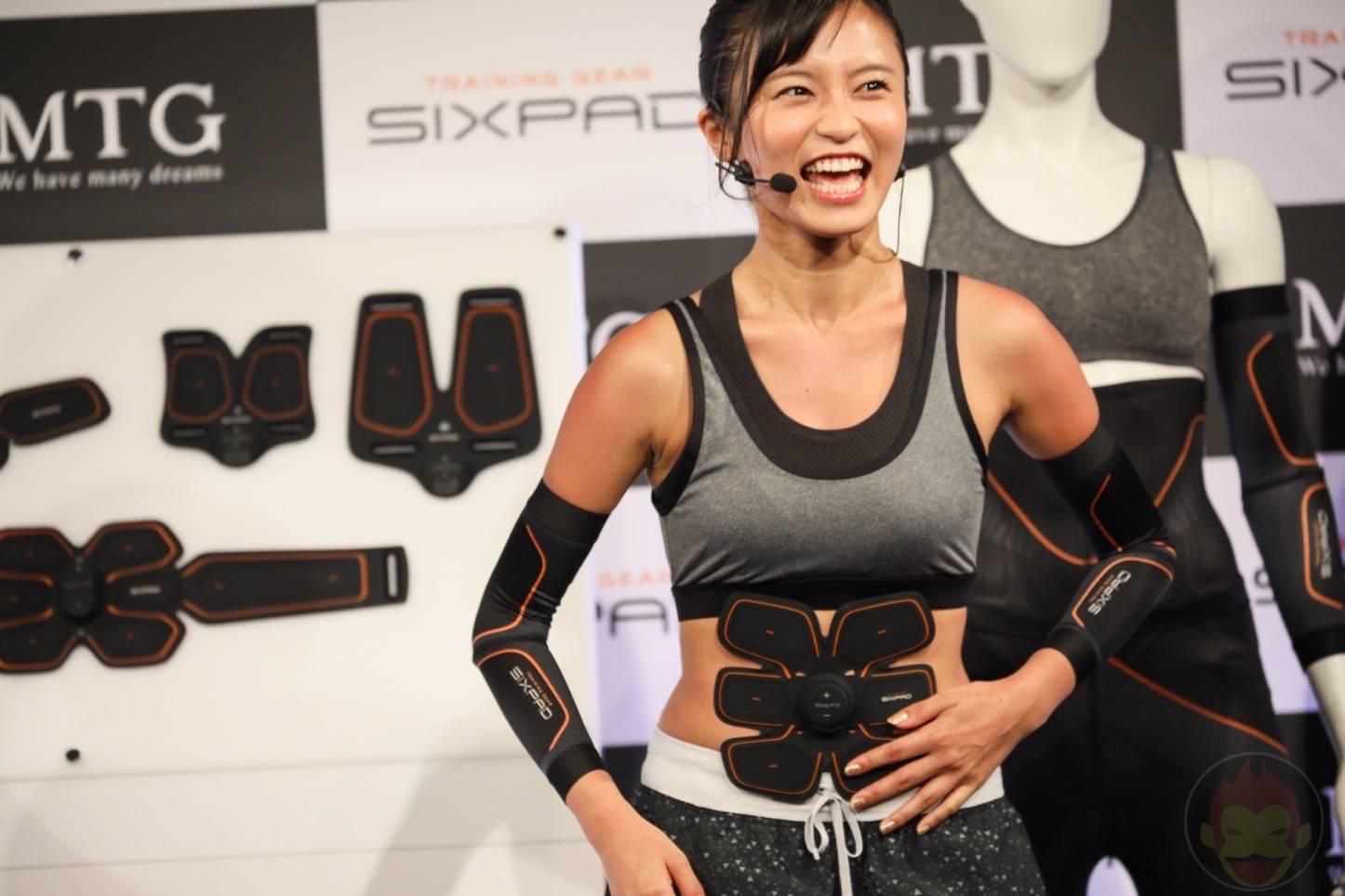 SIXPADの新製品発表会で腹筋を追い込まれるこじるり