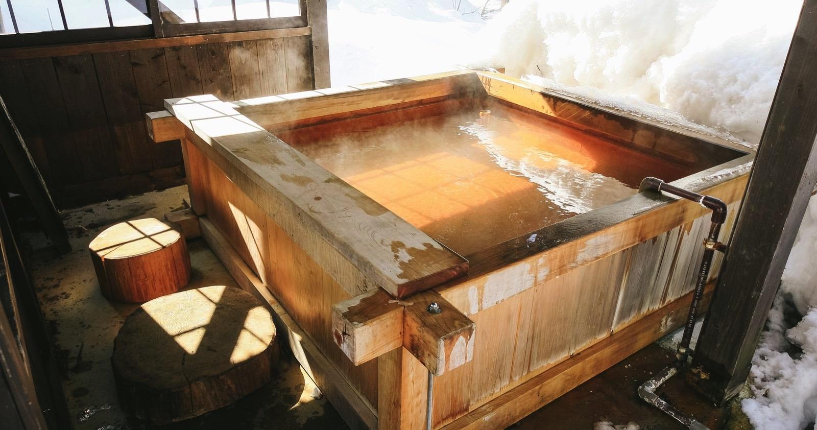 Hirayu-Bath-Pakutaso.jpg