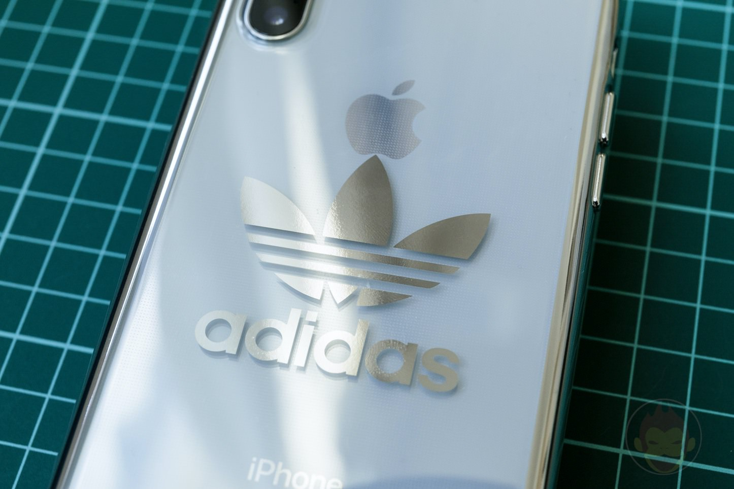 Adidas-Original-iPhoneX-Clear-Case-02.jpg