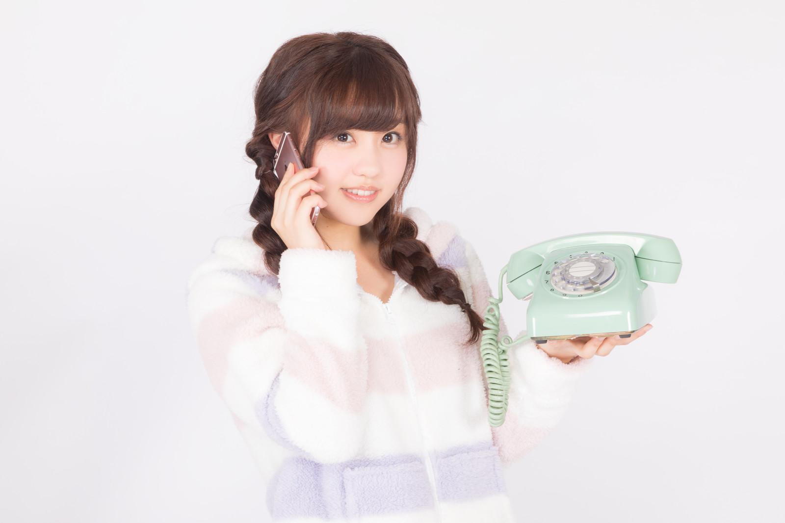 Yuka Calling Somebody on a phone pakutaso