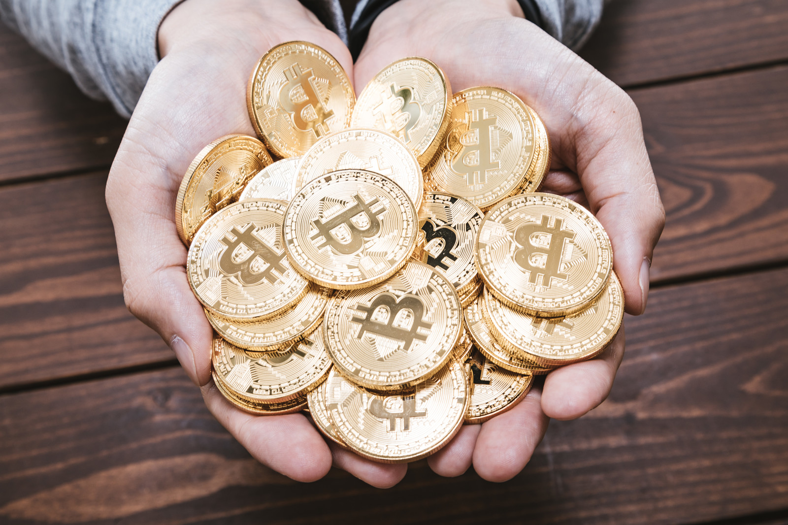 Holding Bitcoin Bank Pakutaso