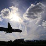NIS845_cyakuriku_TP_V-airplane-pakutaso.jpg