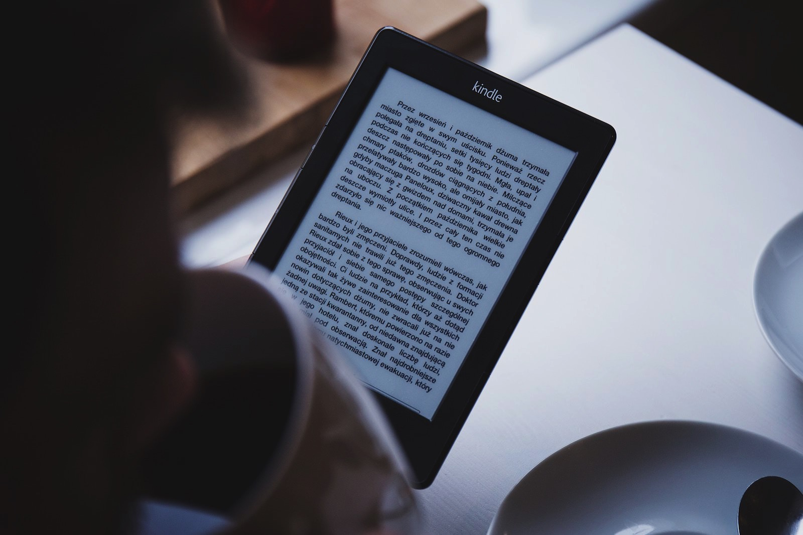 Freestocks org 65299 unsplash reading kindle