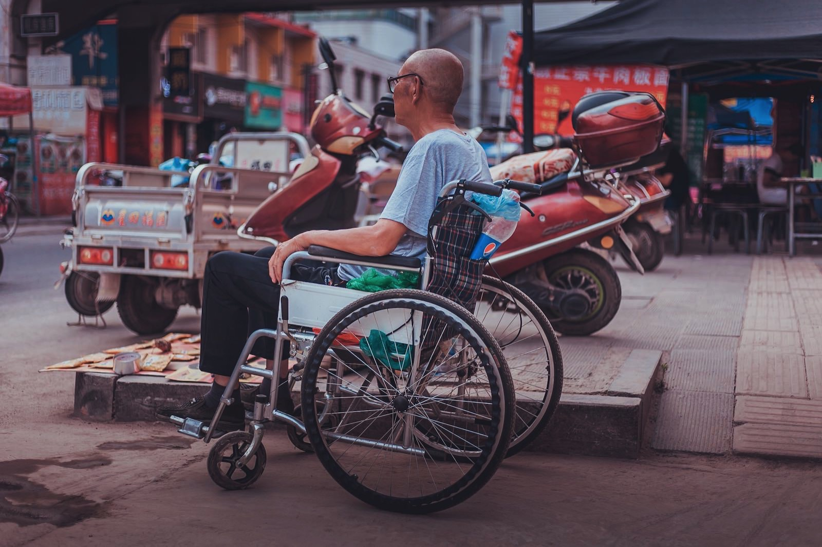 Wooozxh 296121 unsplash wheelchair