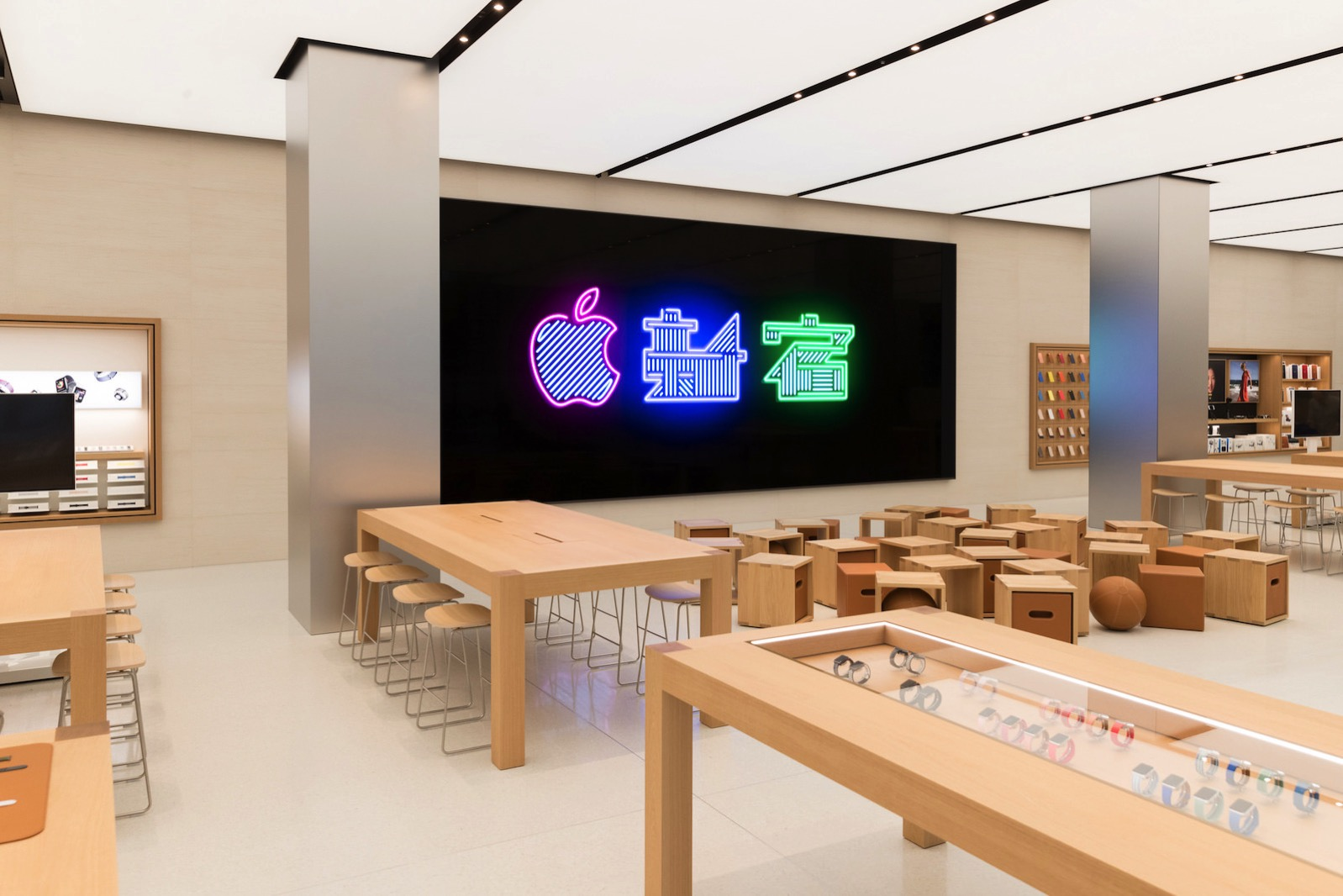 Apple_Store_Interior_Toyko_Shinjuku_04042018.jpg