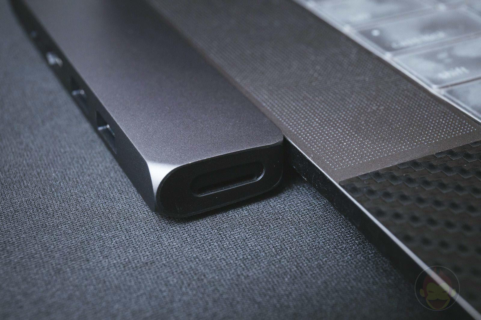 Satechi-Aluminum-Type-c-Pro-Hub-08.jpg