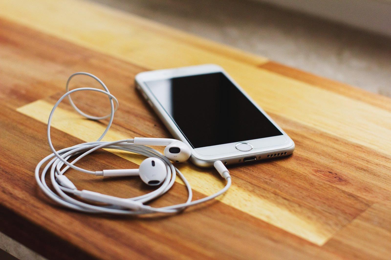 Freestocks org 484222 unsplash iphone and headphone jack