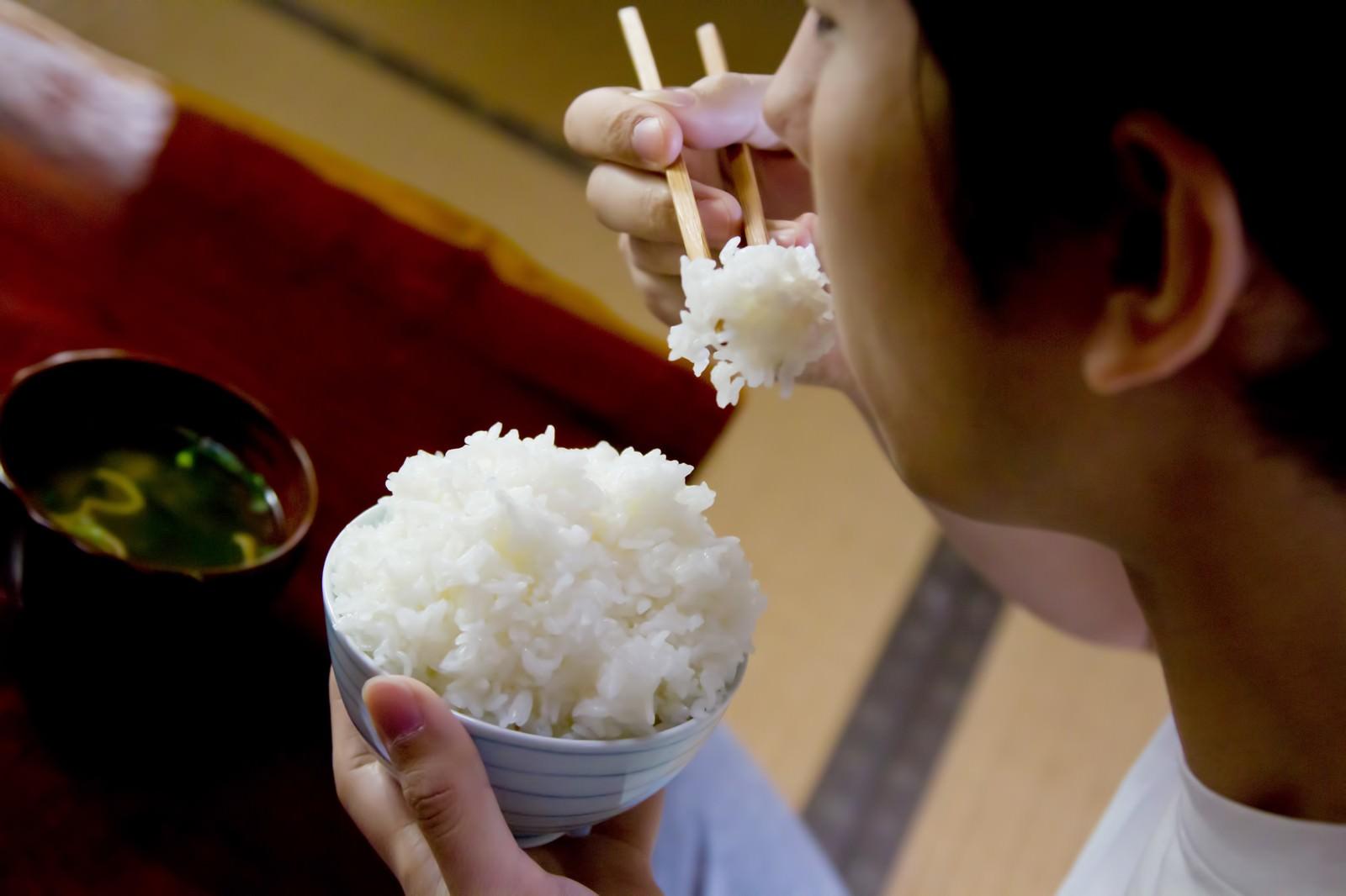 大川さんが白米を食べる