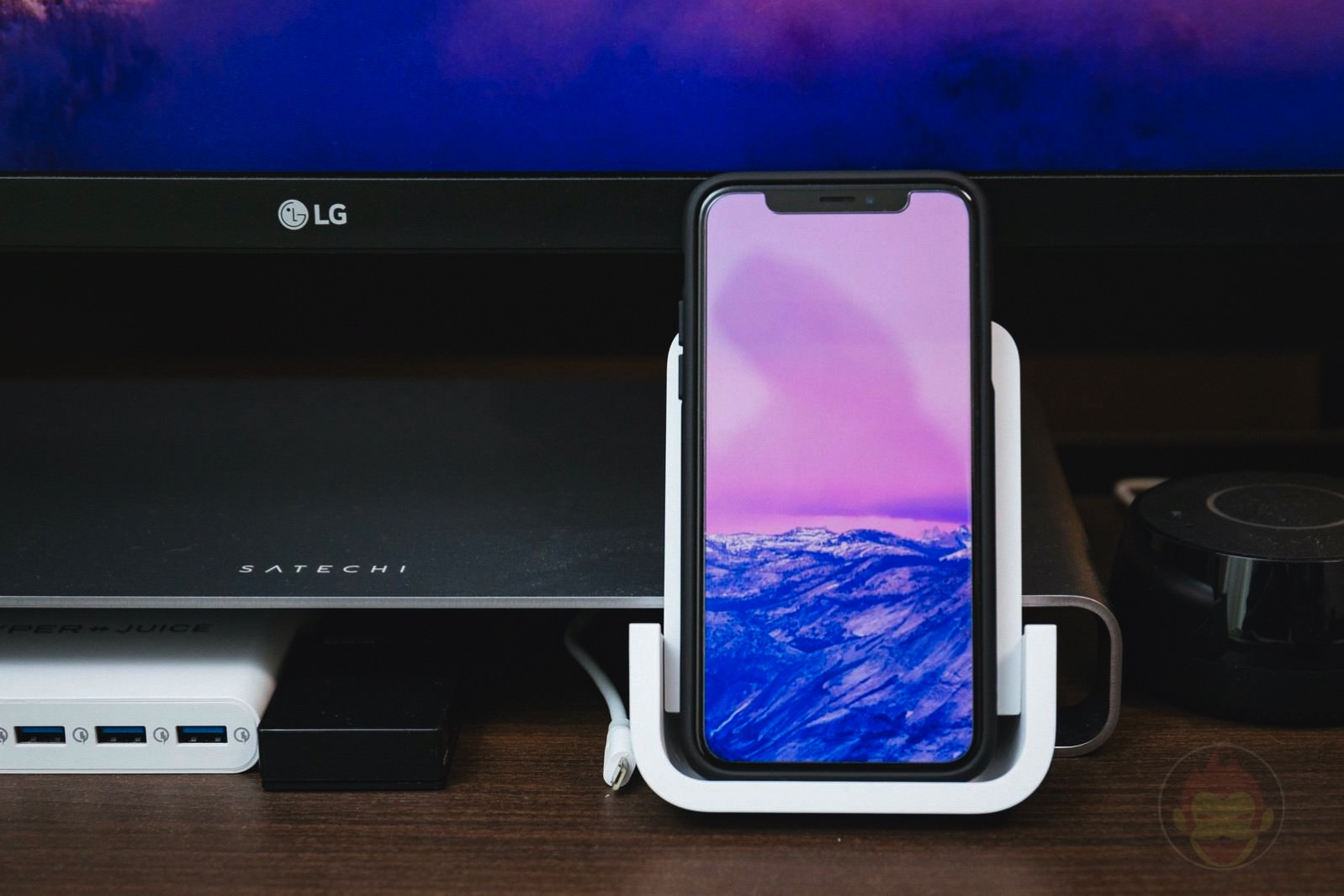 Logicool Powered Wireless Charging Stand 07