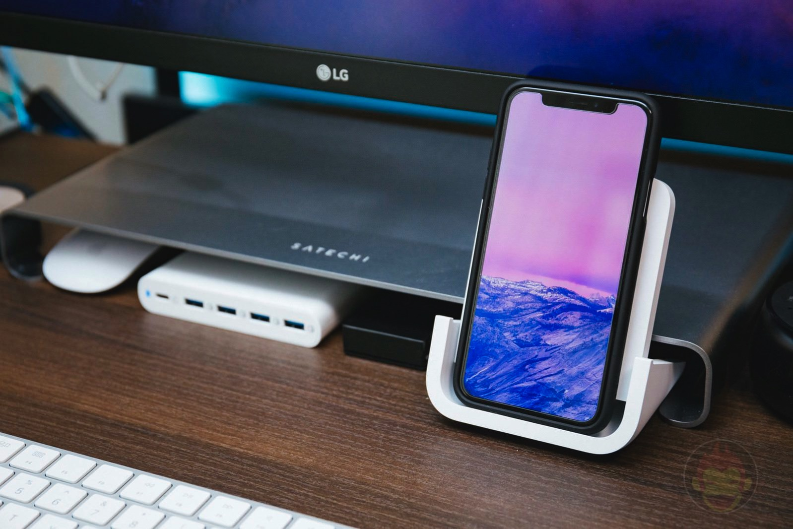 Logicool Powered Wireless Charging Stand 09