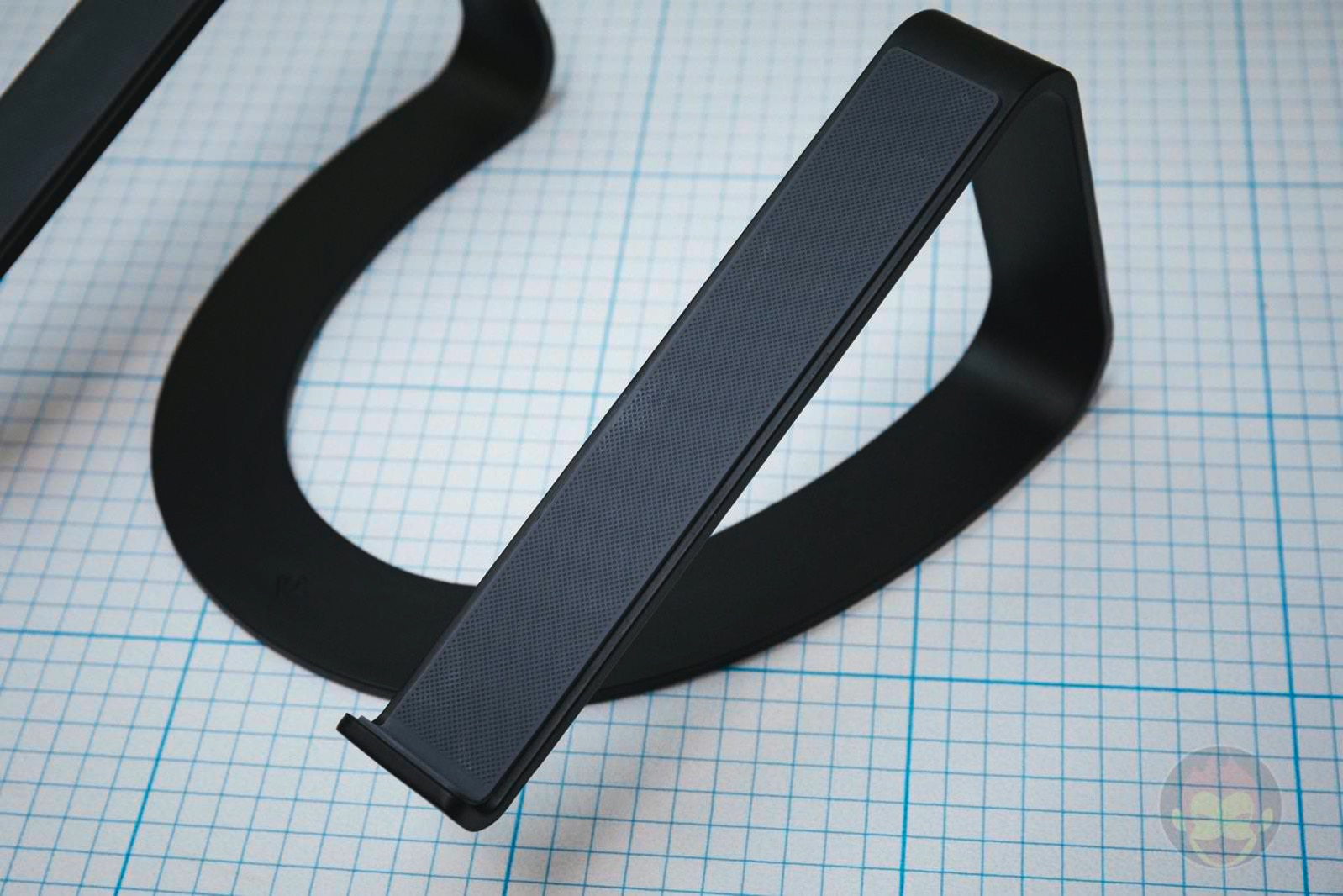 Twelve-South-Curve-Stand-for-MacBook-Pro-09.jpg
