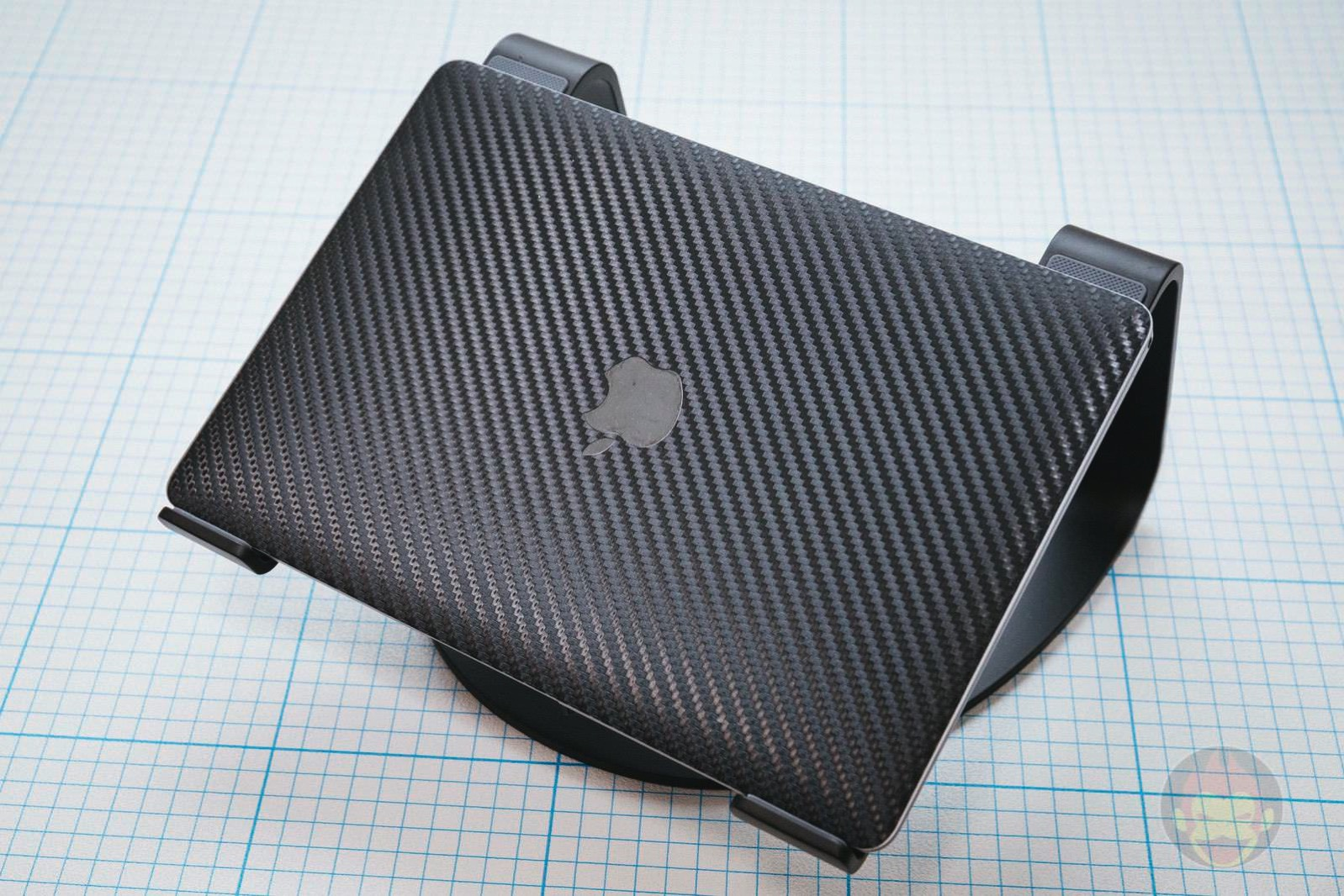 Twelve-South-Curve-Stand-for-MacBook-Pro-13.jpg