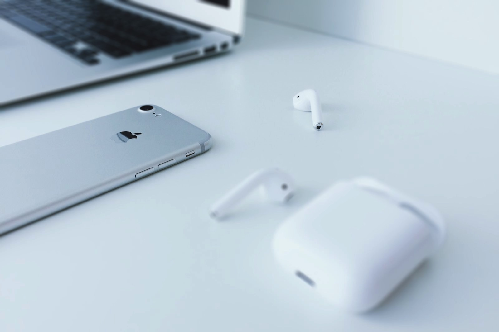 Remy loz 304940 unsplash airpods iphone macbook