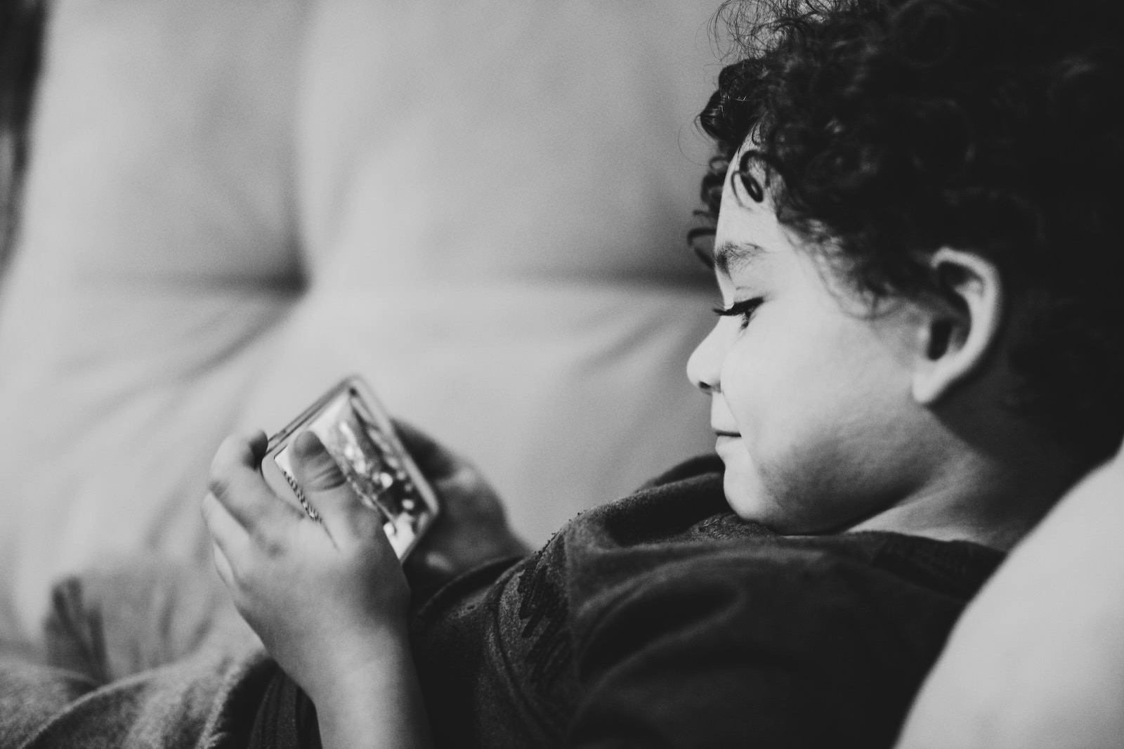 Diego passadori 641501 unsplash kids using phone